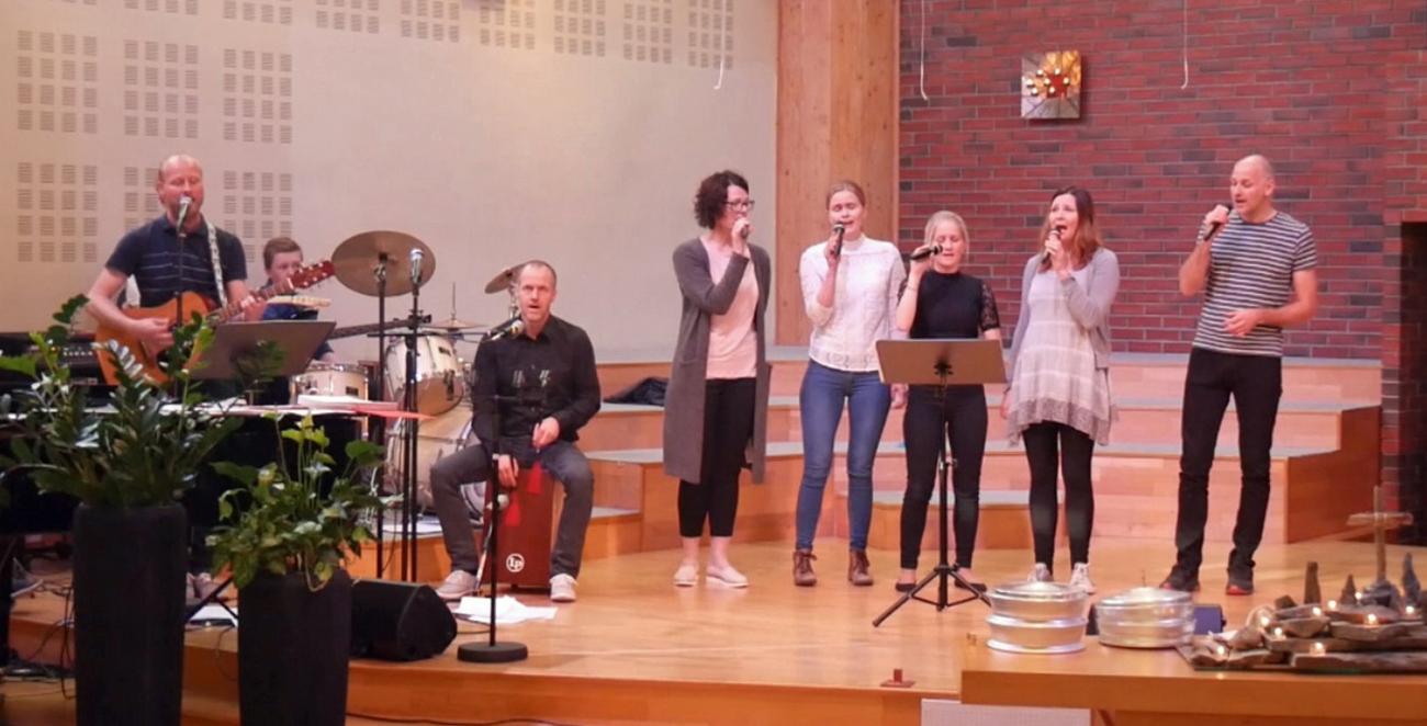 Happy synger i Skien baptistkirke.