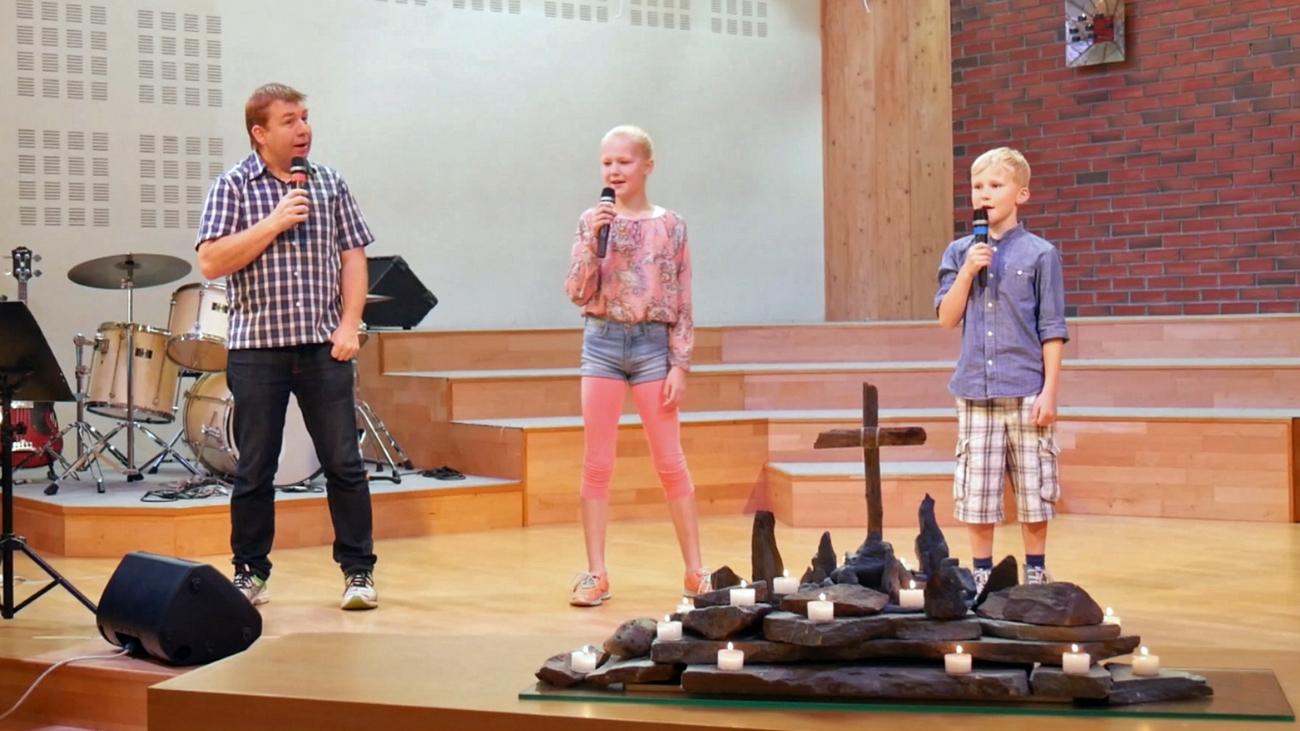 Stian, Caroline og Herman Taranger synger i Skien baptistkirke.