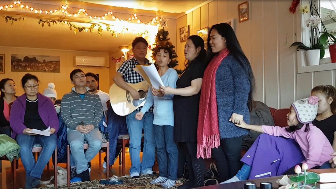 Burmesisk lovsang på husmøte i Bø.