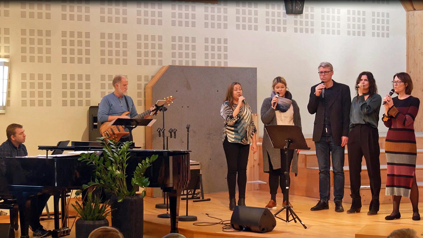 Lovsangsteamet til Anne Sandmo synger på gudstjenesten i Skien baptistkirke.