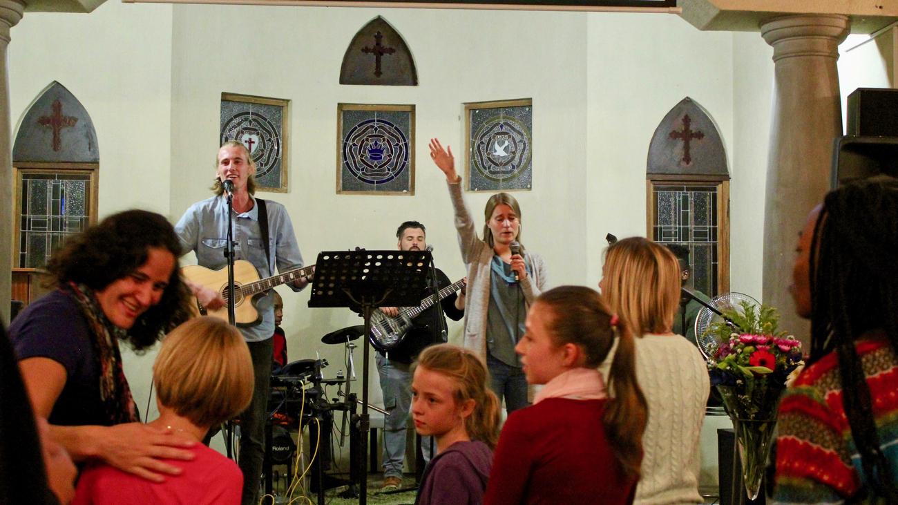 Elina og Jon Viktor synger