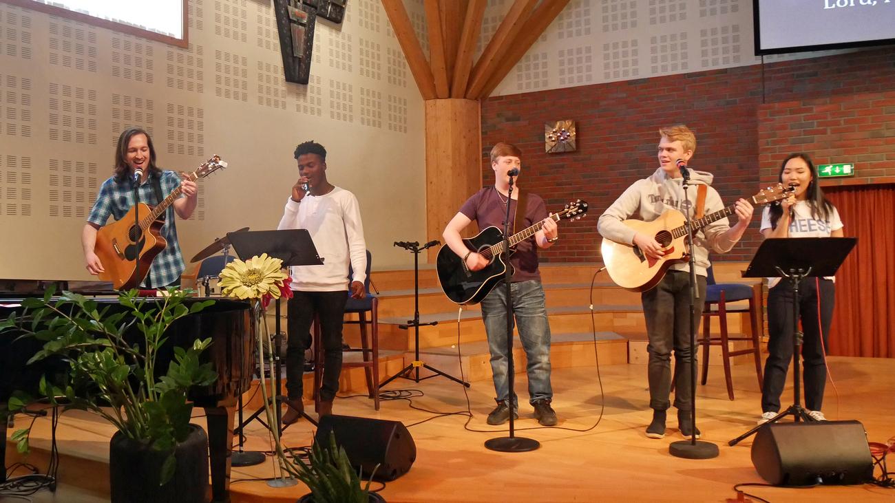 Ungdommene leder lovsang