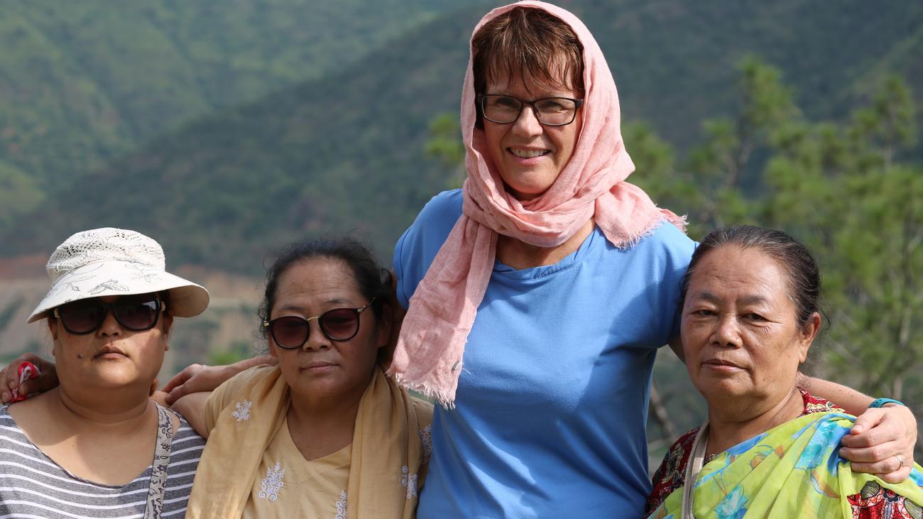 Bjørg Hjort blant nepalesiske kvinner